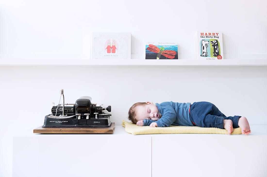 Baby schlafend auf Sideboard © Miriam Ellerbrake, 2017