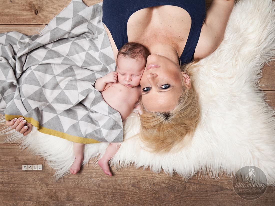 Mutter mit Baby/ Familienportrait der Babyfotografin © Miriam Ellerbrake