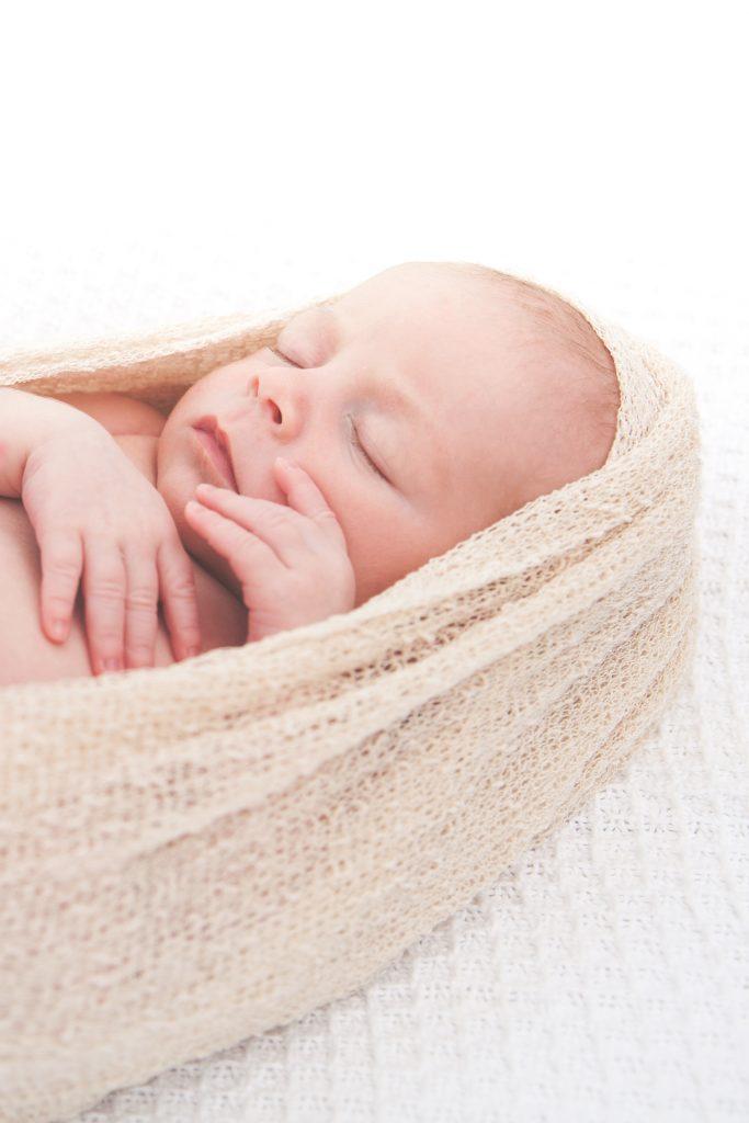 Close Up Neugeborenenfoto von Baby Katharina © Miriam Ellerbrake, Kinderfotografie Berlin Prenzlauer Berg