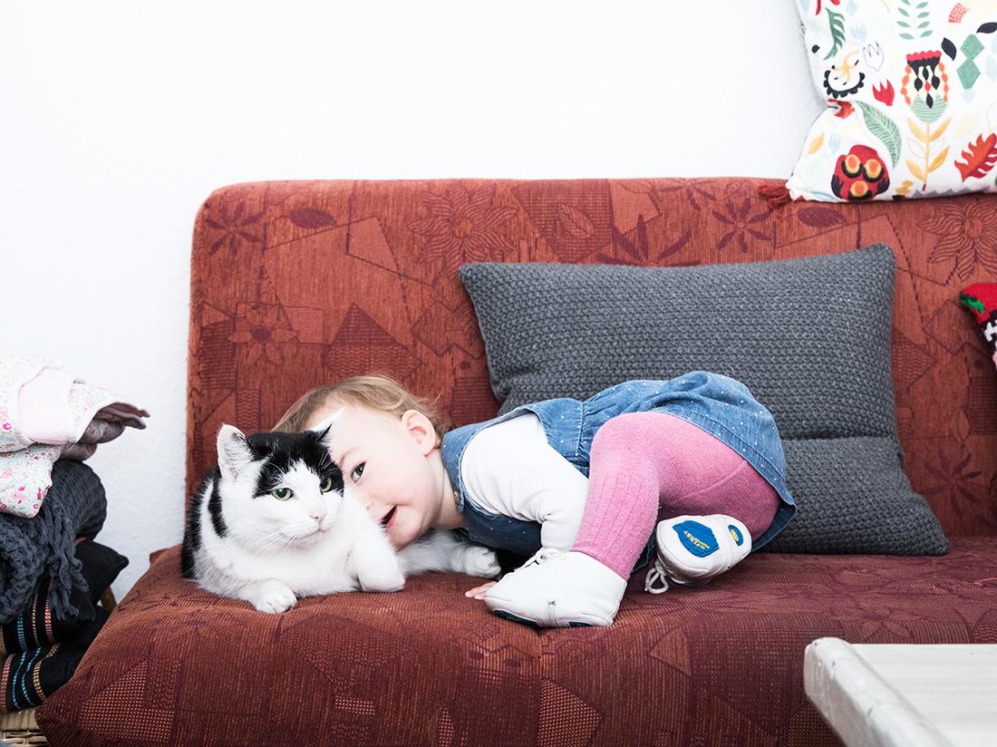 Maedchen und Katze Babyfotografie Berlin © Miriam Ellerbrake