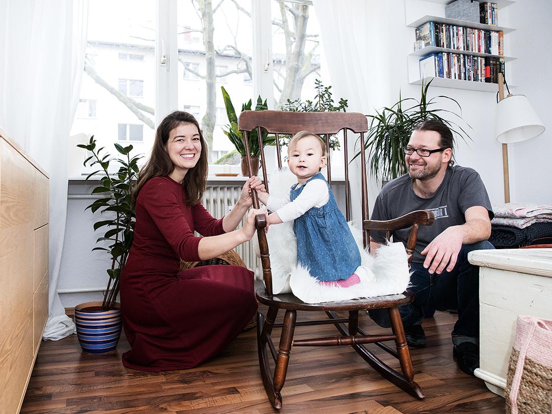 Baby auf Schaukelstuhl_Familienreportage Little Monkey Fotografie © Miriam Ellerbrake