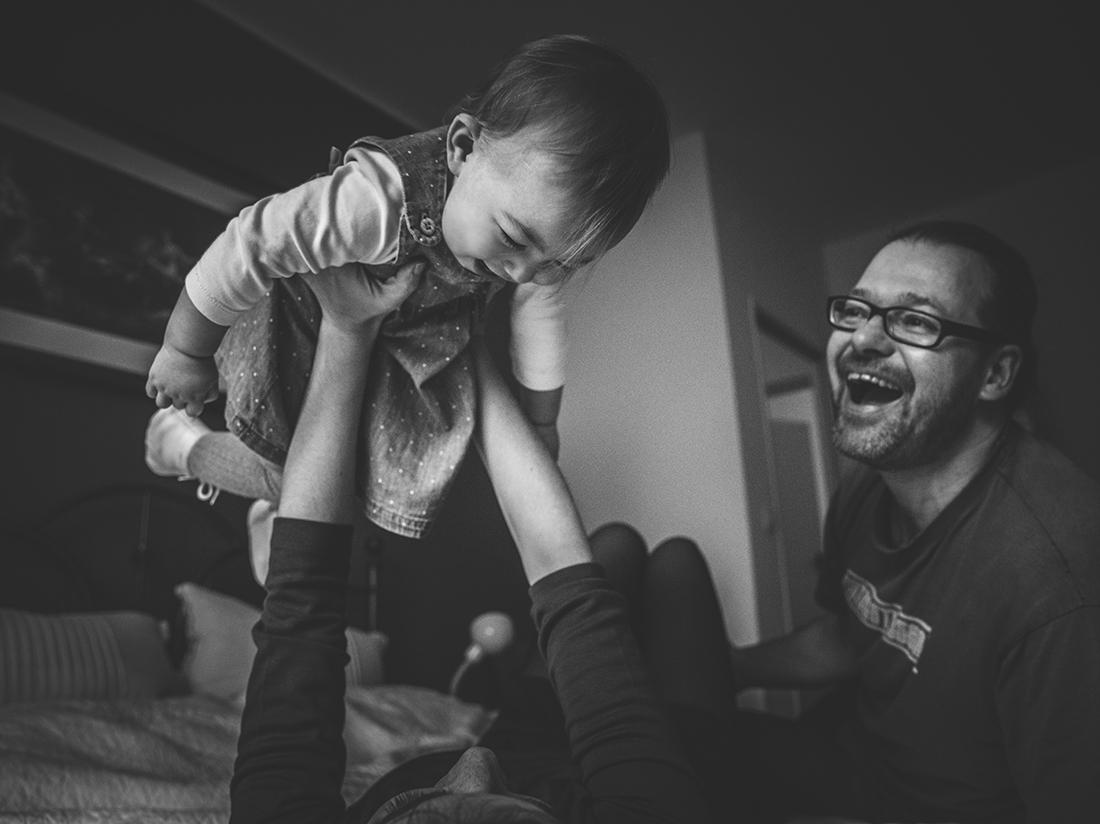 Kuschelnde Familie mit Baby_Familienreportage Little Monkey Fotografie © Miriam Ellerbrake
