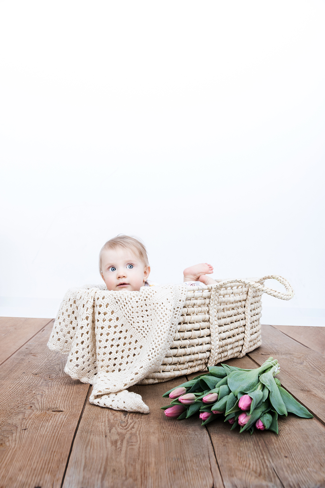 Babyportrait in Weidenkorb © Miriam Ellerbrake/ Little Monkey Fotografie 2015