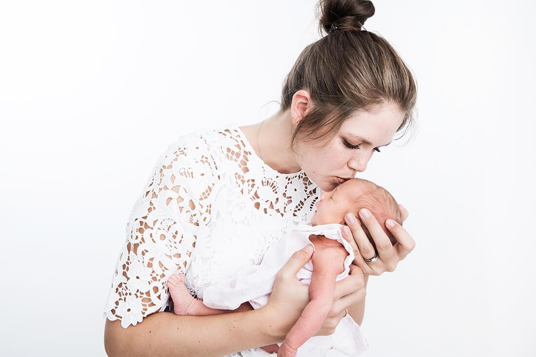 Junge Mutter mit neugeborenem Baby