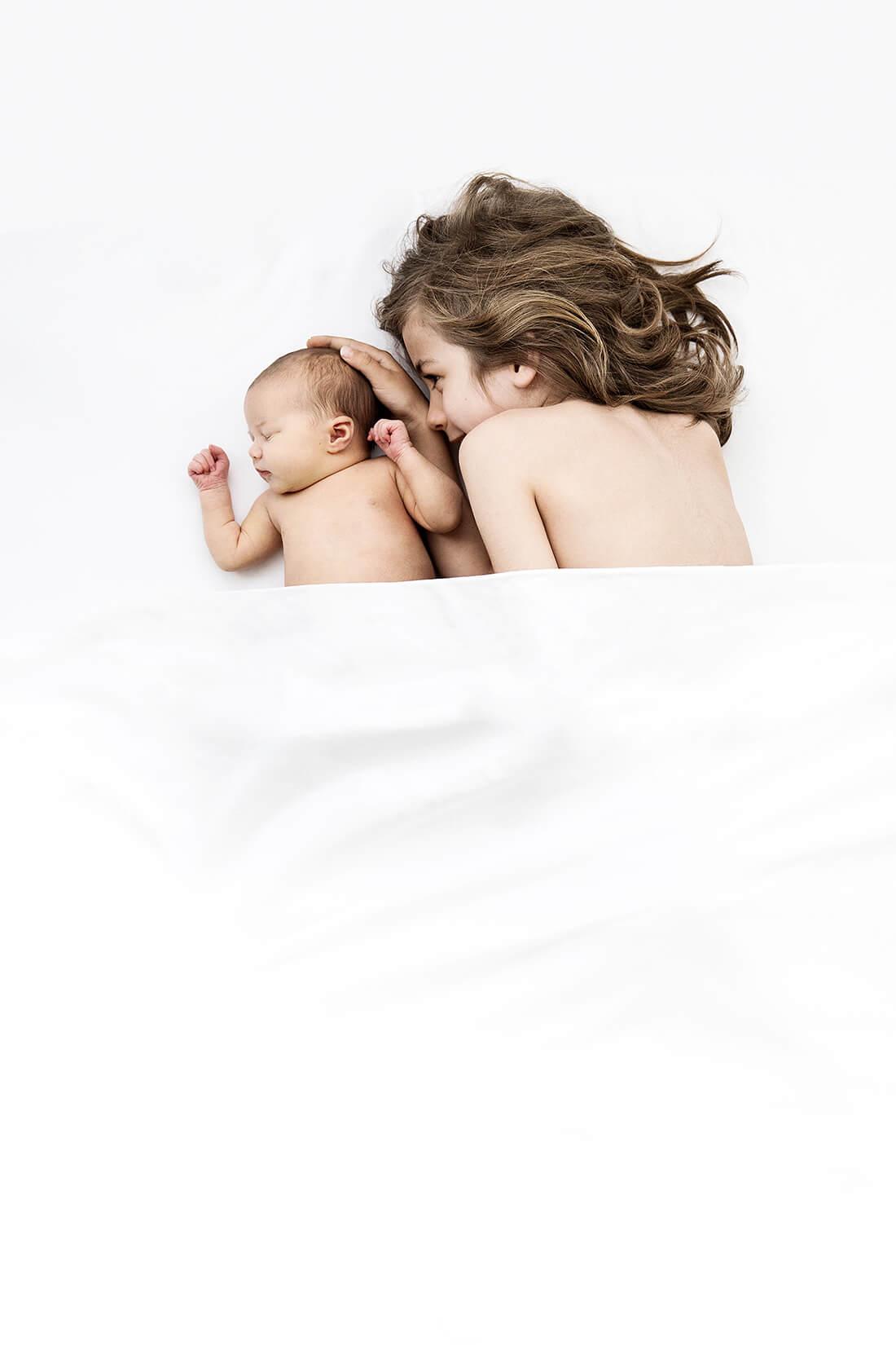 Neugeborenenfoto mit Geschwisterchen © Little Monkey Babyfotografie Berlin 2018