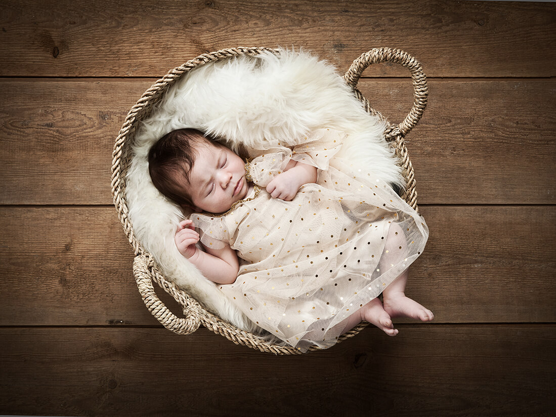 Neugeborenenfoto von Baby im Weidenkorb, Berlin_Babyfotos_Babyfotografie_© Miriam Ellerbrake / Little Monkey
