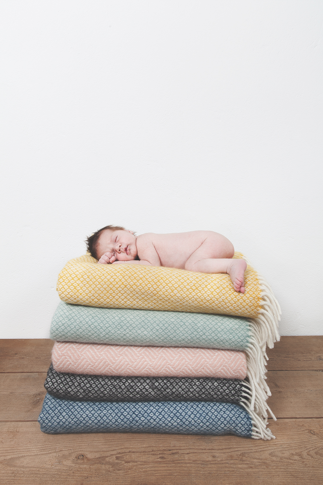 Neugeborenes_Baby_auf_Deckenstapel © Babyfotografie Berlin/ Miriam Ellerbrake Little Monkey Photography, Berlin