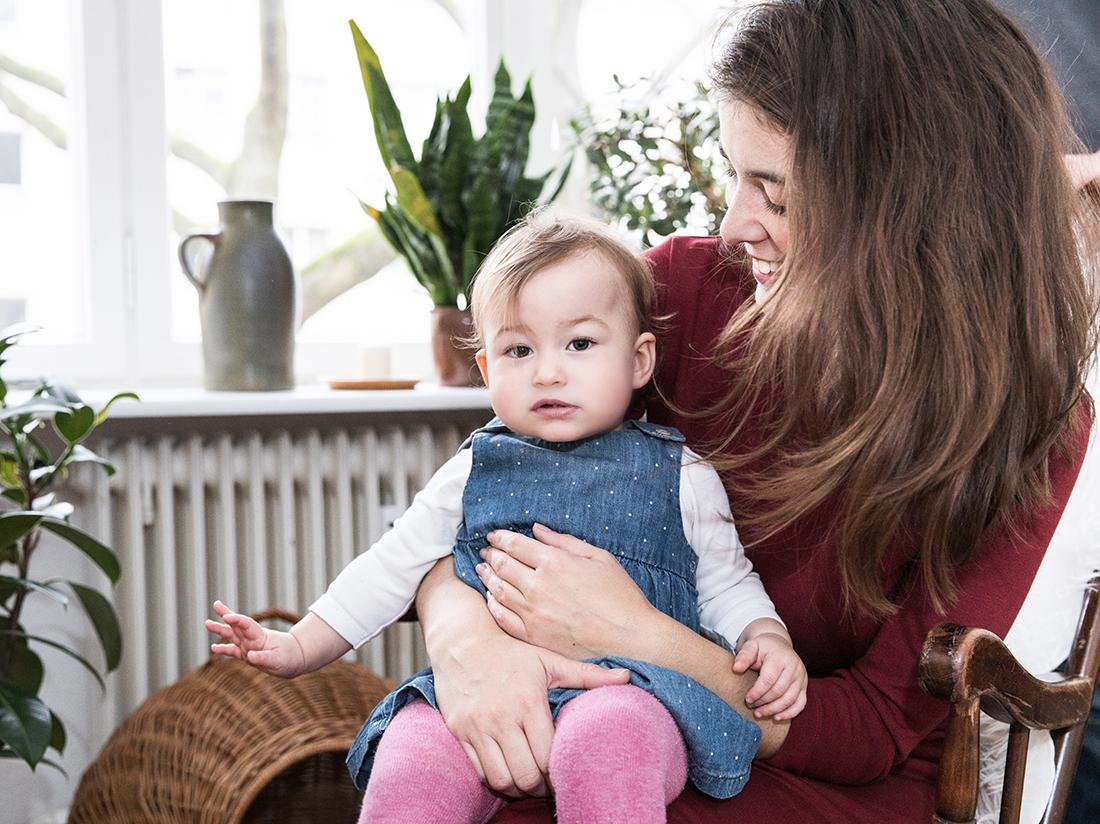Baby mit Mutter auf Schaukelstuhl_Familienreportage Little Monkey Fotografie © Miriam Ellerbrake