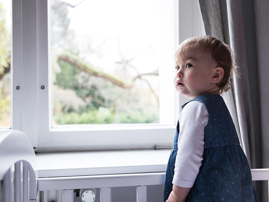 Baby am Fenster_Ausblick_Familienreportage Little Monkey Fotografie © Miriam Ellerbrake