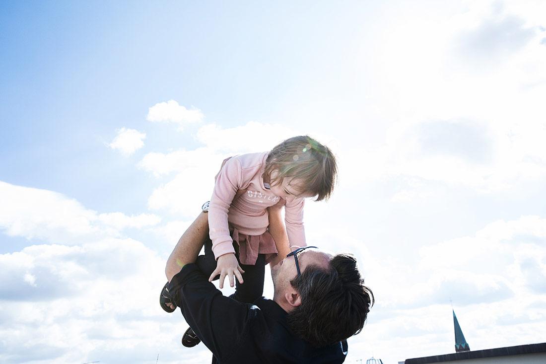Eltern mit Kindern auf Terrasse bei Familienreportage © Miriam Ellerbrake / Little Monkey Photography 2018