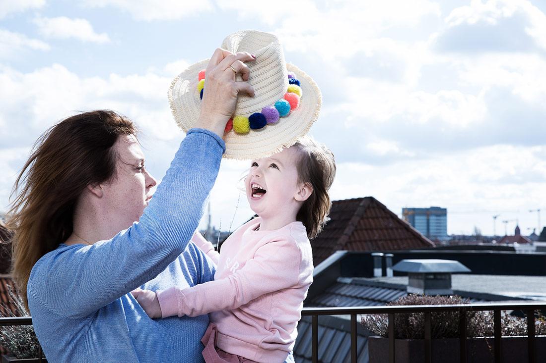 Mutter und Tochter auf Terrasse bei Familienreportage © Miriam Ellerbrake / Little Monkey Photography 2018