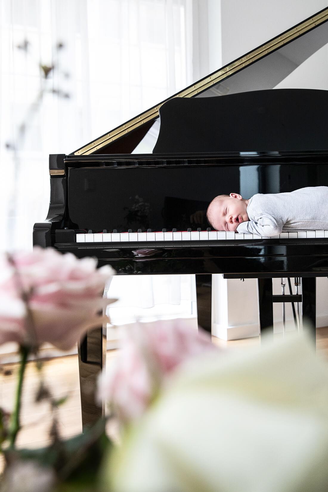 Baby auf Klaviertastatur