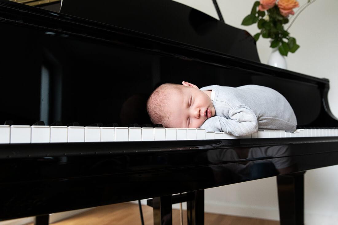 Baby auf Klaviertastatur © Miriam Ellerbrake / Little Monkey 2019