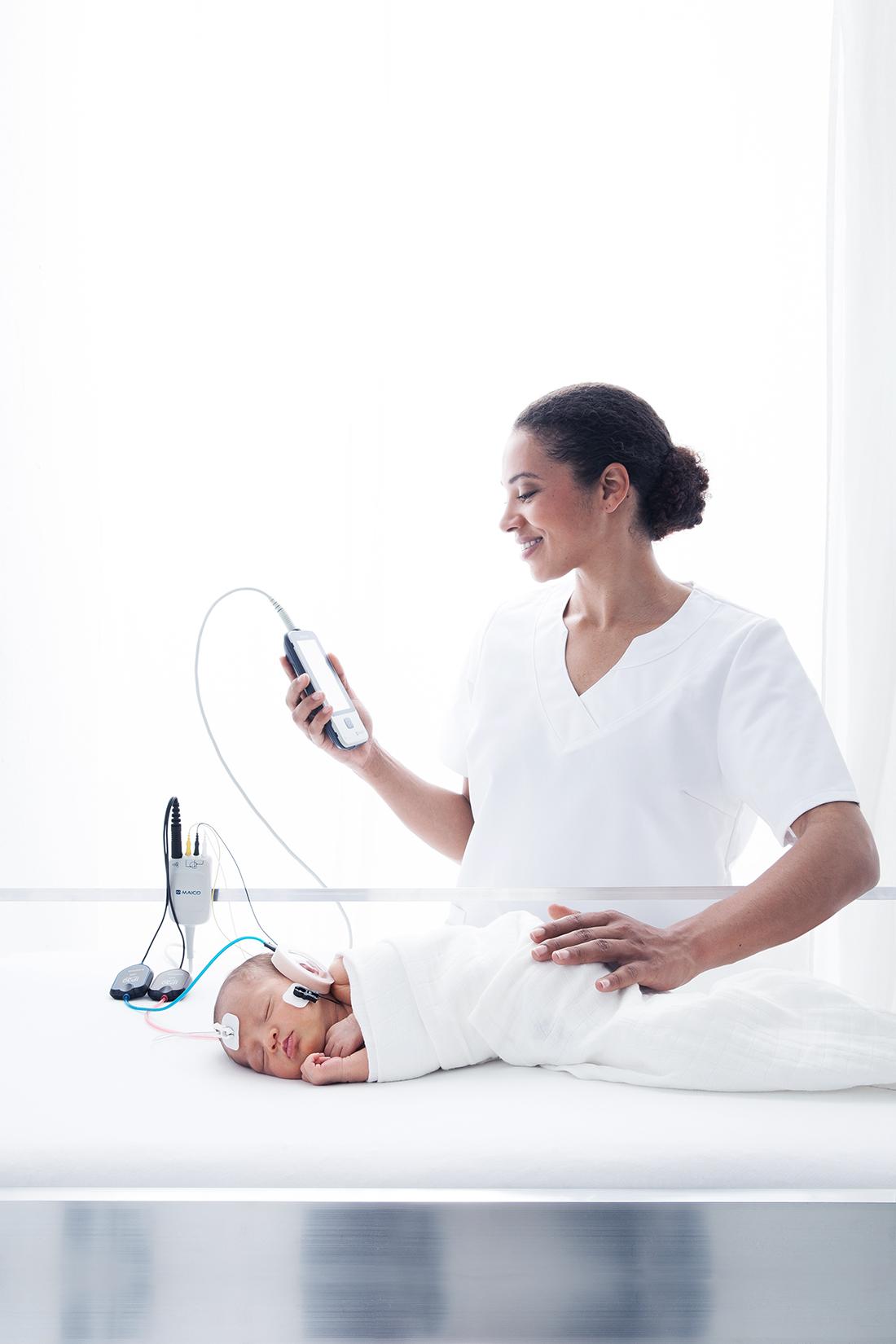 Neugeborenes_Werbeshooting_Babyshooting_Commercial_Maico_Hördiagnostik © Miriam Ellerbrake, Berlin 2019
